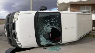 Devrilen kamyonetin içerisinden camı kırılarak çıktılar