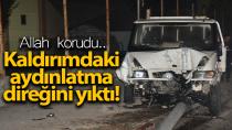 Karaman'da kaldırıma çıkan kamyonet aydınlatma direğini yıktı